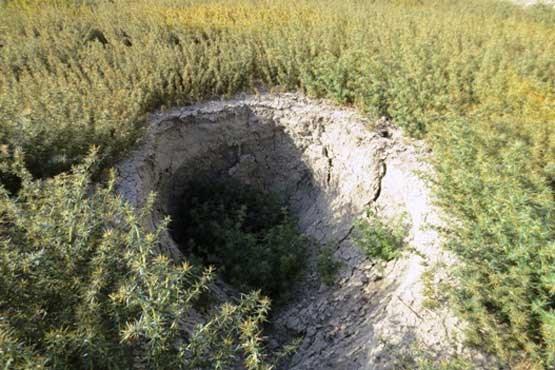 هشدار مرکز زمینشناسی و اکتشافات معدنی جنوب کشور: افزایش فروچالههای دریاچه ارژن و مشاهده ترک در زمینهای اطراف