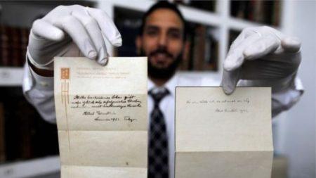 دو جمله بر سربرگ هتل، انعام ۱٫۵ میلیون دلاری اینشتین به نامه رسان ژاپنی