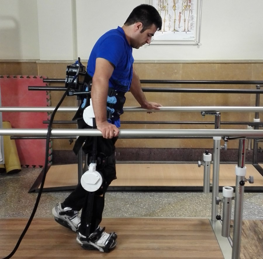 آموزش گام به گام راه رفتن به بیماران ضایعات نخاعی با دستگاه رباتیک ایرانی