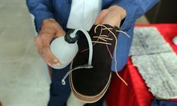 «دستگاه ایجاد آبگریزی در کفش» ساخت فناوران نانو کشور رونمایی شد
